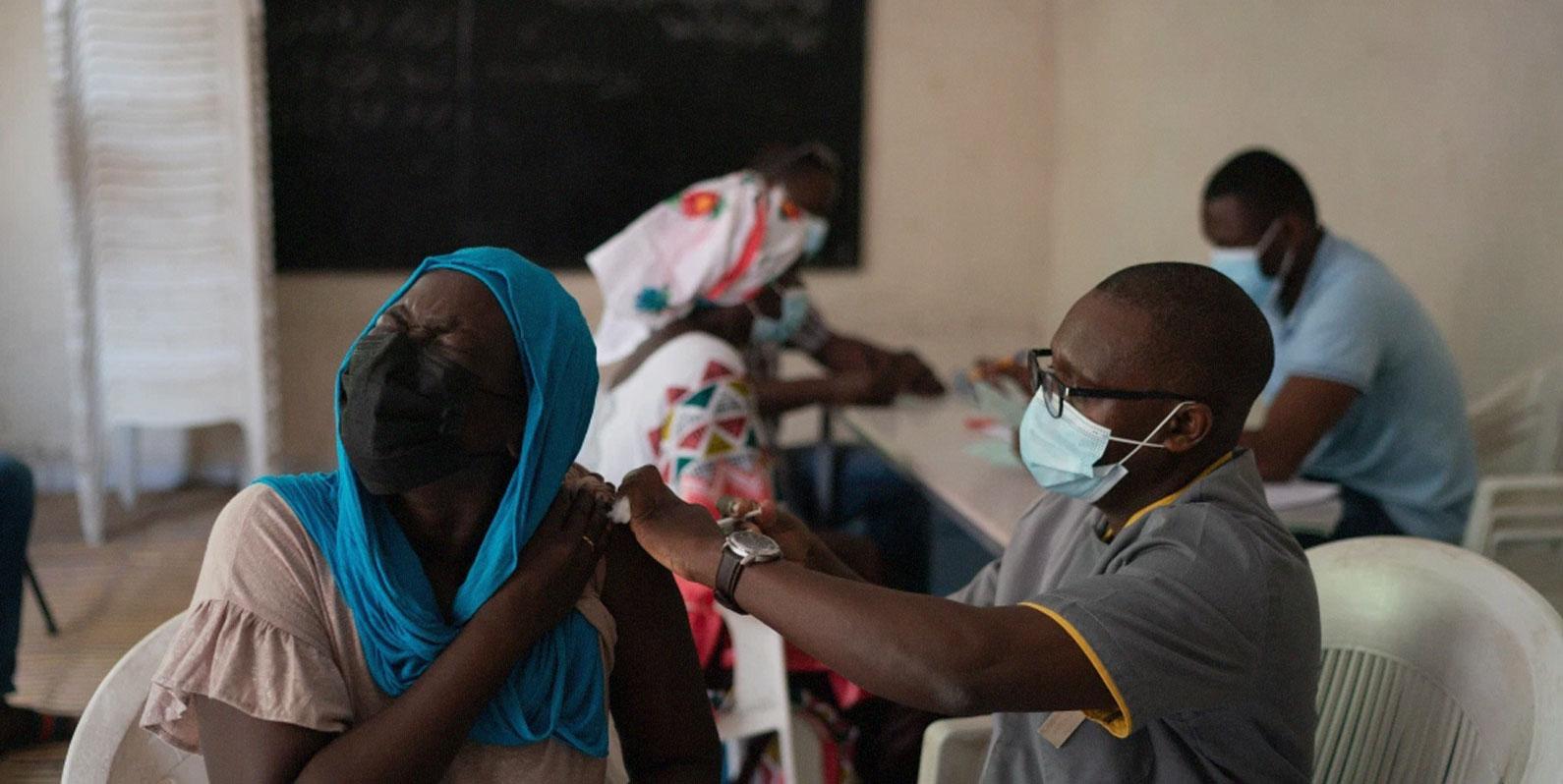 """""""Parem de dar doses de reforço até que mais pessoas do mundo sejam vacinadas"""", diz a OMS"""